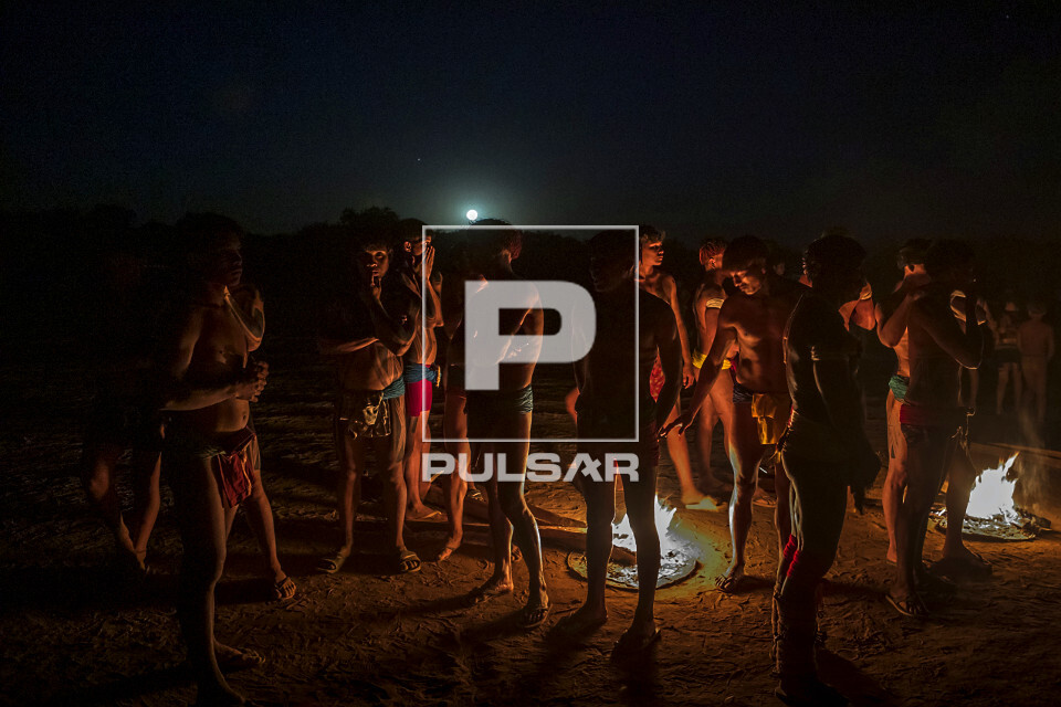 Indígenas da Aldeia Afukuri e etnia Kuikuro durante cerimônia do Kuarup em noite de lua cheia - Parque Indí