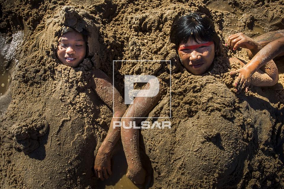 Meninas indígenas da Aldeia Afukuri e etnia Kuikuro brincando na areia do rio Culuene - Parque Indígena do X