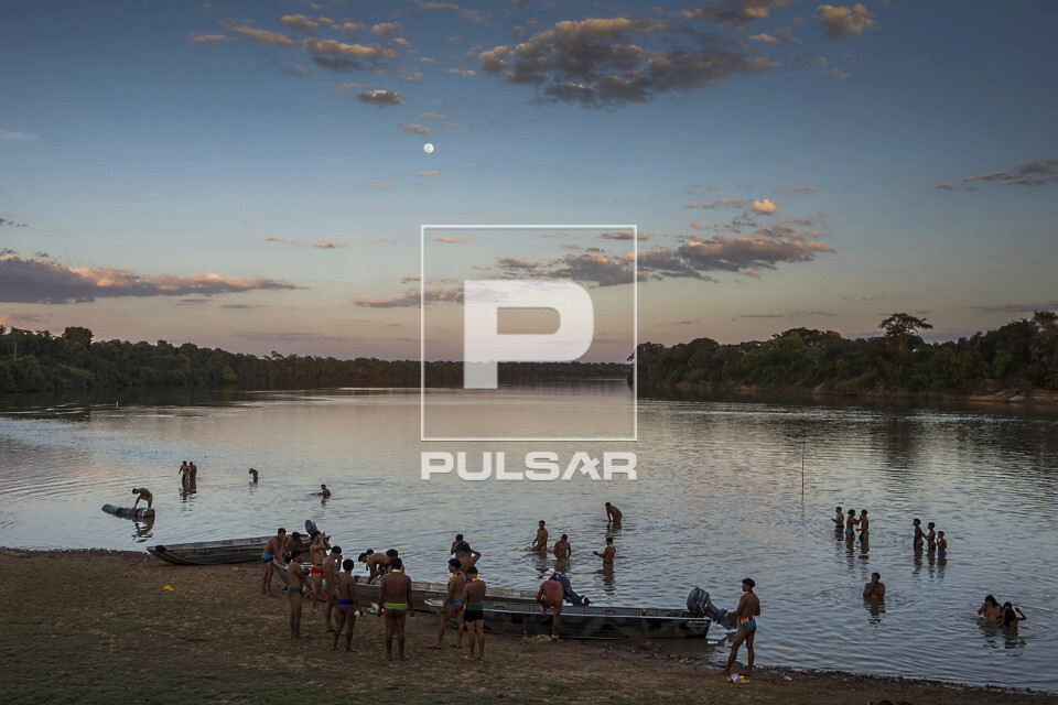 Indígenas da Aldeia Afukuri e etnia Kuikuro se banham no rio Culuene - Parque Indígena do Xingu