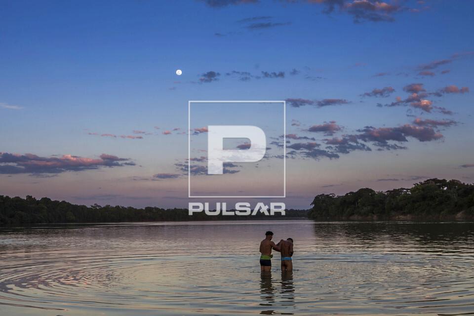 Indígenas da Aldeia Afukuri e etnia Kuikuro banham-se no rio Culuene - Parque Indígena do Xingu