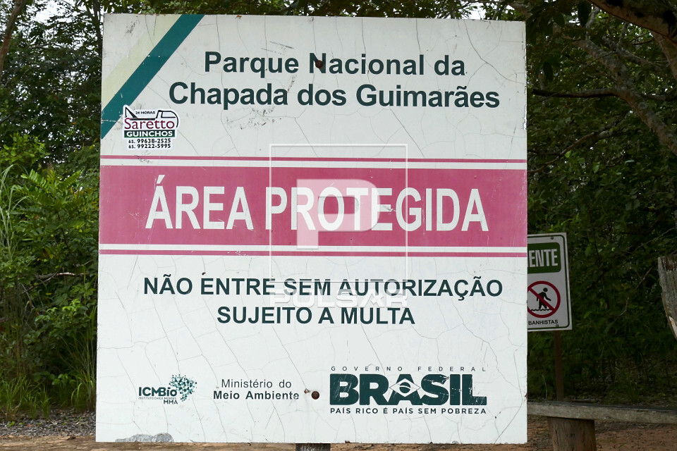 Placa de área protegida no Parque Estadual da Chapada dos Guimarães - aviso para não entrar sem autorizaç�