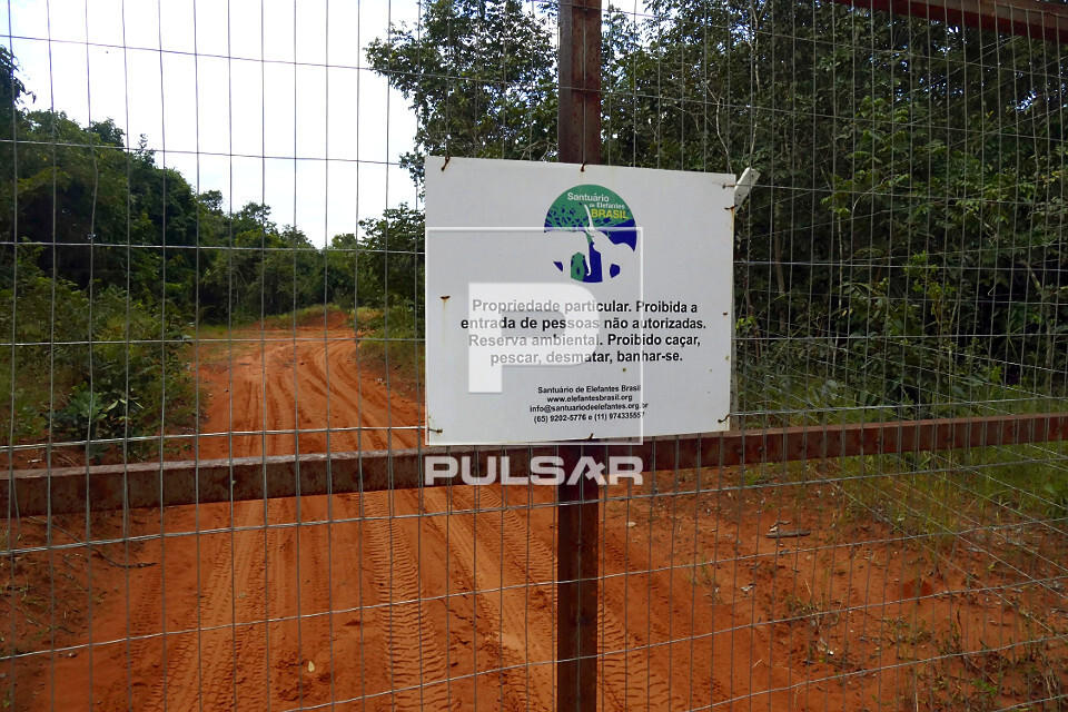 Placa do Santuário de Elefantes Brasil com aviso de de proibido caçar, pescar, desmatar e banhar-se