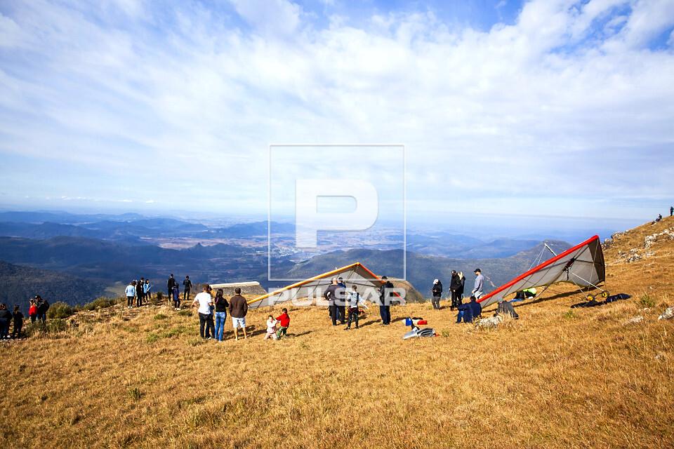 Praticantes de voo livre no alto da Serra da Rocinha