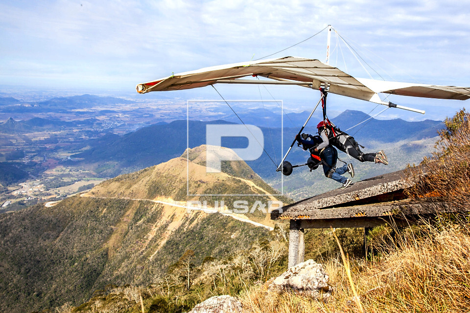 Voo duplo de asa-delta no alto da Serra da Rocinha