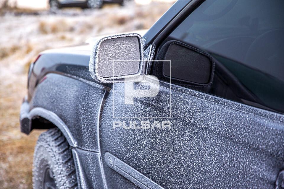 Detalhe de veículo 4x4 coberto por neve