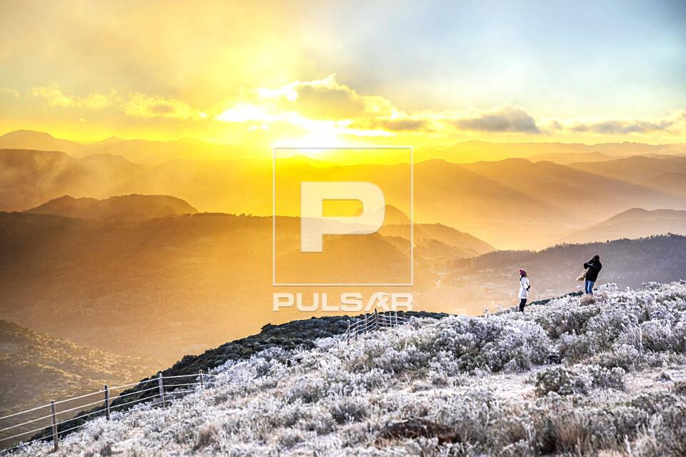 Raios solares sobre o Morro das Antenas coberto por neve ao amanhecer - conhecido por Morro das Torres