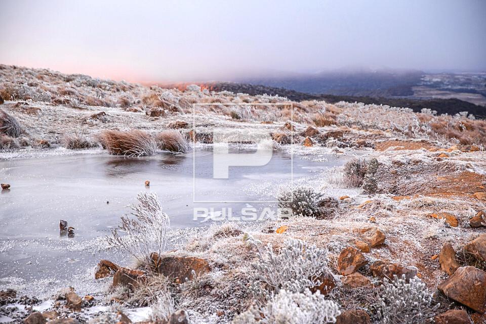 Lago congelado e vegetação coberta por neve no Morro das Antenas - conhecido por Morro das Torres