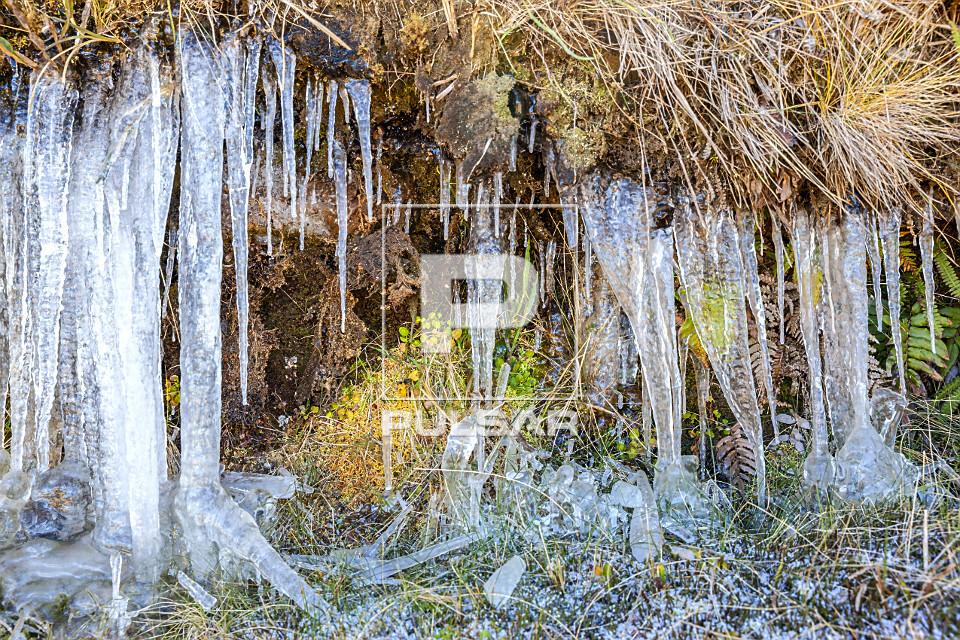 Gelos pontiagudos formados em barranco