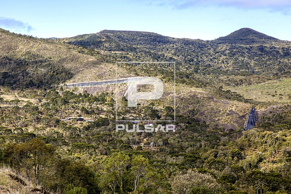 Vista de drone do Morro da Igreja e Cachoeira Véu de Noiva - à direita