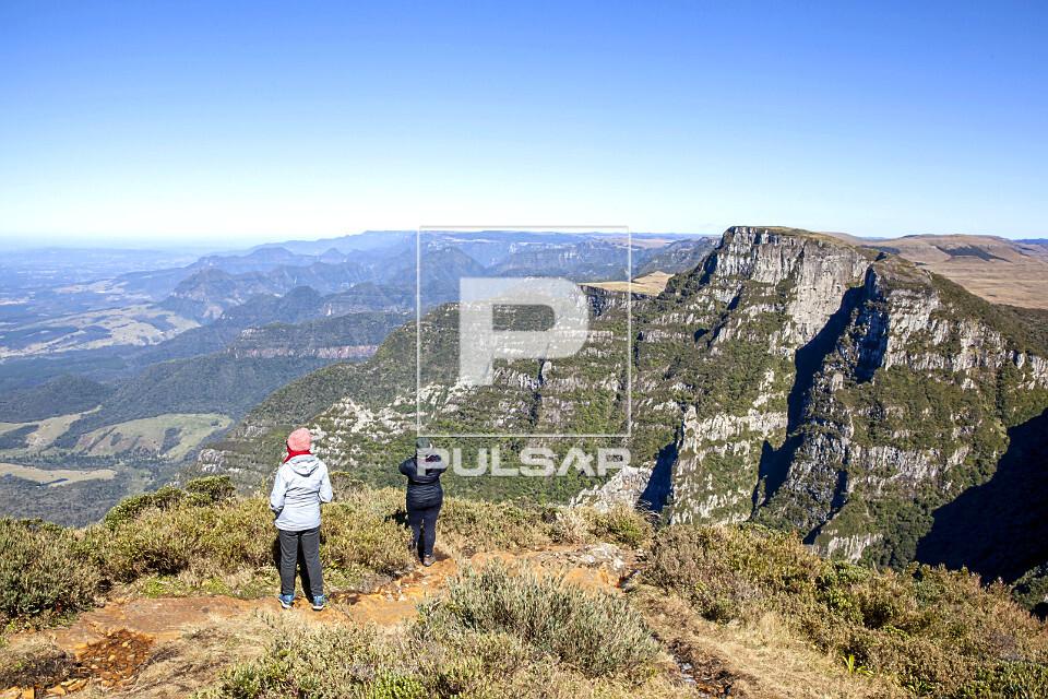Ecoturistas contemplando paisagem no alto do Morro da Igreja - Parque Nacional Sao Joaquim