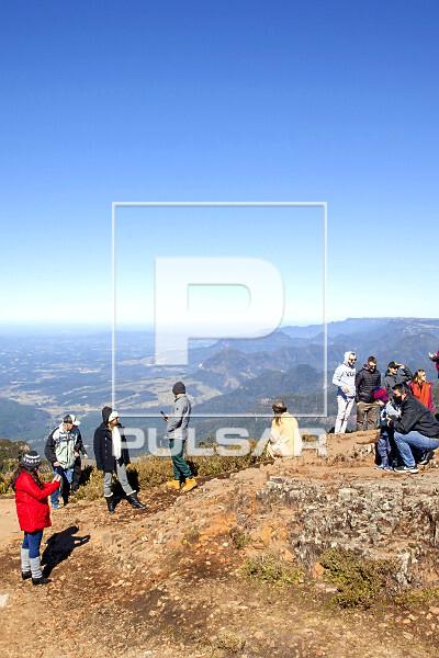 Ecoturistas no Morro da Igreja - Parque Nacional Sao Joaquim