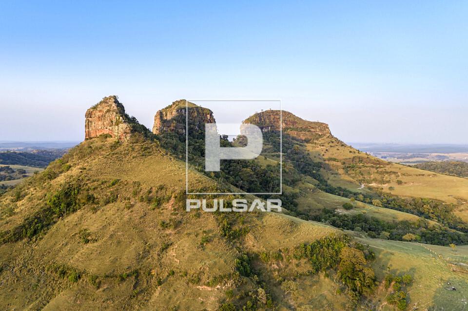 Vista de drone das Três Pedras - formações rochosas que integram o complexo geológico Gigante Adormecido r