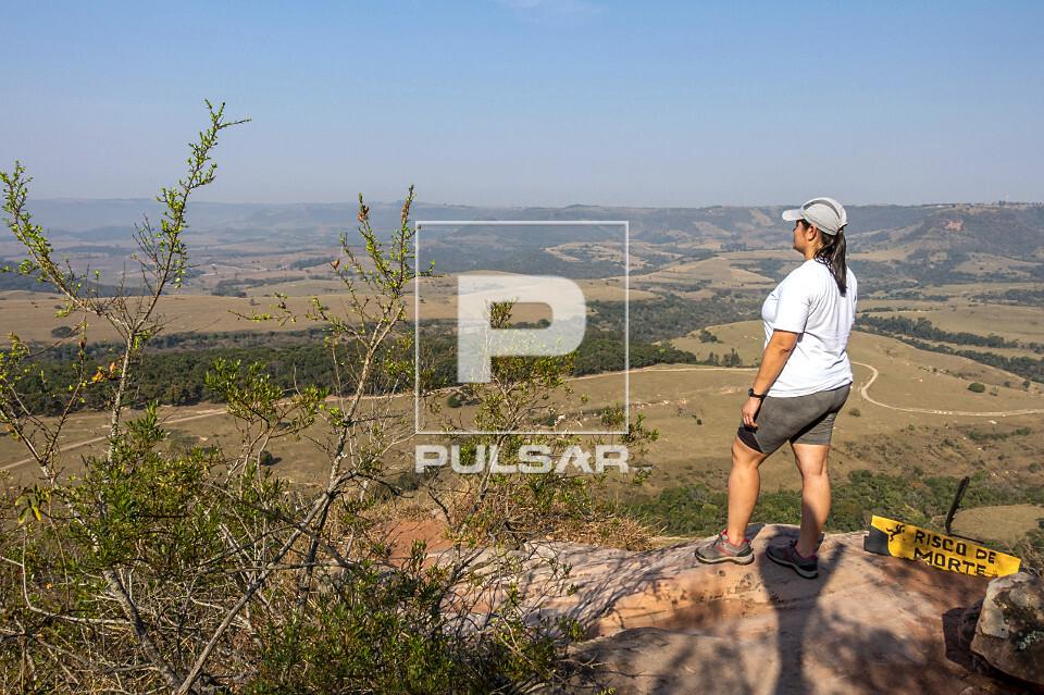 Ecoturista contemplando a paisagem a partir do mirante das Três Pedras
