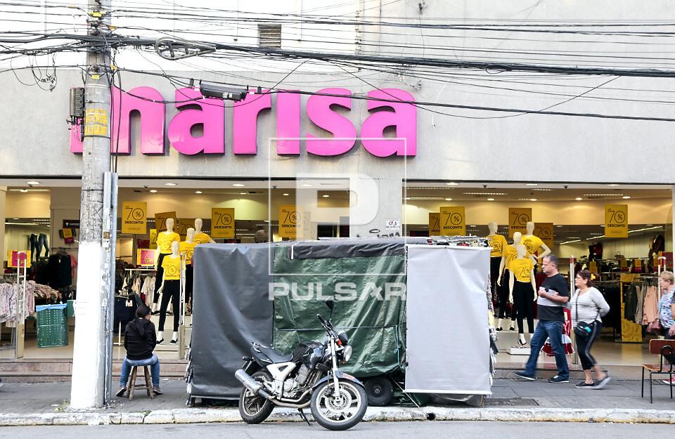 Carrinho de ambulante coberto em frente a loja de roupas femininas na Rua Teodoro Sampaio - Bairro Pinheiros -