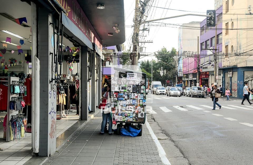 Ambulante em frente a loja de roupas na Rua Teodoro Sampaio - Bairro Pinheiros - zona oeste