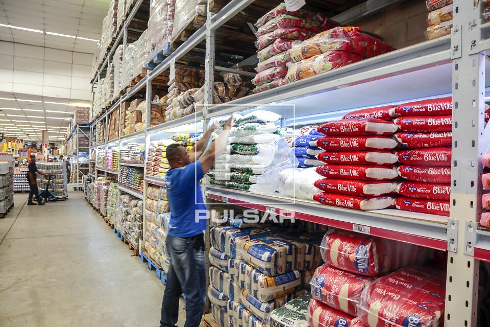 Vista interna de supermercado atacadista - seção de arroz - Bairro do Limão - zona oeste