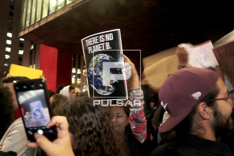 Cartaz em inglês durante manifestação em favor da Amazônia na Avenida Paulista