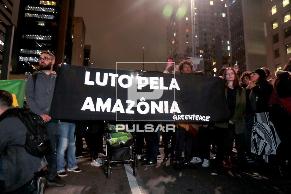 Manifestação em favor da Amazônia na Avenida Paulista - faixa - luto pela amazônia