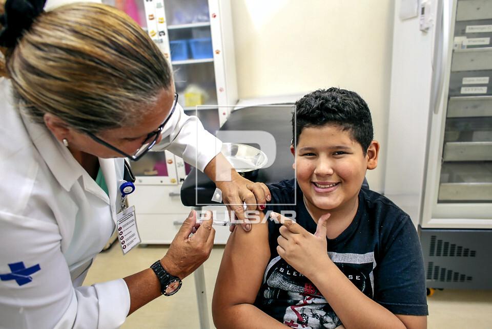Técnica de enfermagem aplica vacina contra HPV em jovem no Dia D na UBS Unidade Básica de Saúde Boracea - b