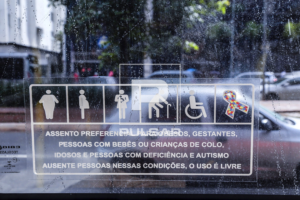 Detalhe do símbolo mundial da conscientização sobre o TEA Transtorno do Espectro Autista na janela de ônib