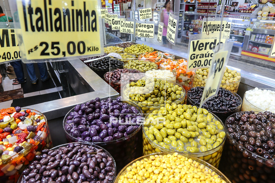 Detalhe de variedade de azeitonas e outros produtos em conserva à venda no Mercado Municipal da Lapa