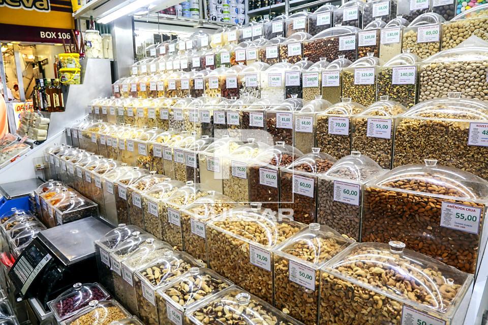 Variedade de castanhas à venda no Mercado Municipal da Lapa
