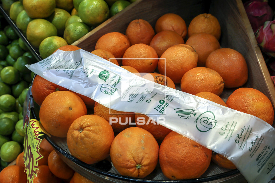Detalhe de saco plástico produzido com polietileno de origem renovável derivado da cana-de-açúcar oferecid
