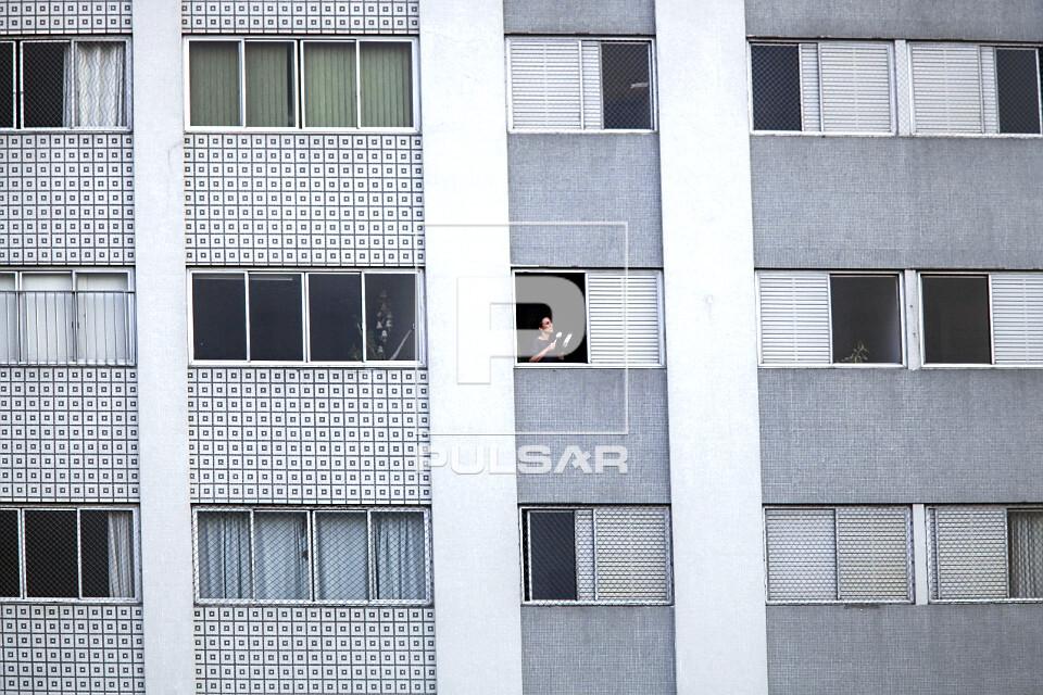 Panelaço - pessoa em protesto sonoro da janela de seu apartamento contra o governo do Presidente Jair Bolsona