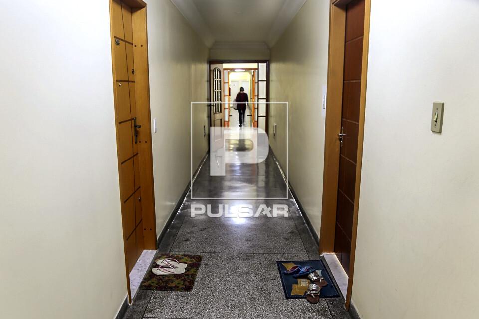 Pandemia do Coronavírus - moradores de apartamentos deixam calçados usados na rua sobre capacho após quaren