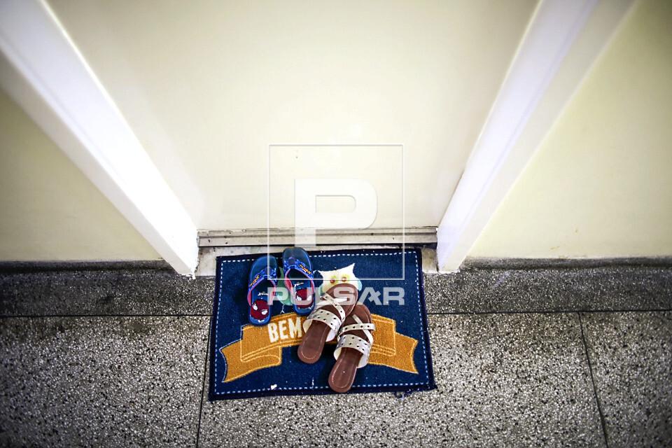 Pandemia do Coronavírus - moradores deixam calçados usados na rua  sobre capacho na entrada de apartamento d