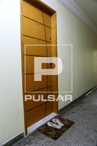 Pandemia do Coronavírus - morador deixa calçado usado na rua sobre capacho na entrada de apartamento durante