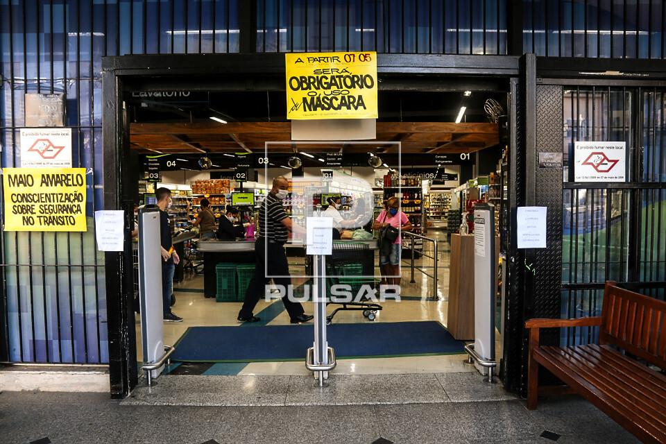 Cartaz na entrada de mercado : Obrigatório uso de Máscara durante pandemia do coronavírus