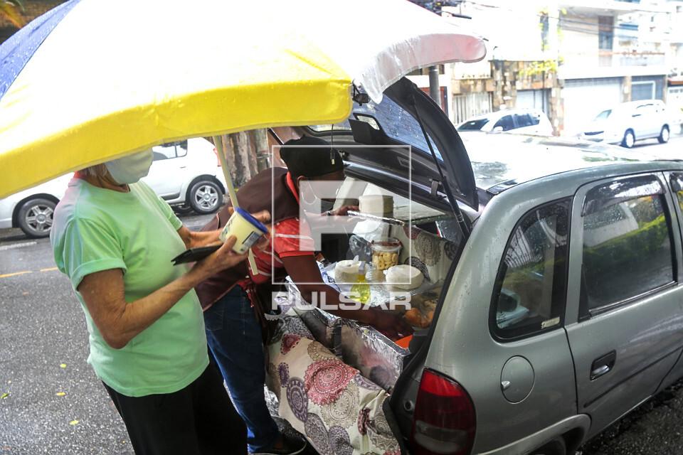 Vendedora ambulante de queijos no bairro Perdizes - uso de álcool gel e máscaras de proteção durante pande