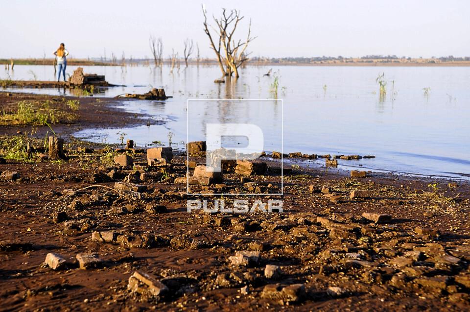 Ruínas de antiga de sede de fazenda que estavam submersas  reaparecem no lago da Usina Hidrelétrica de Marim