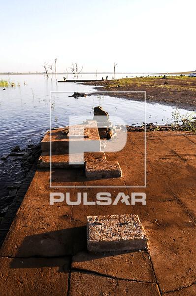 Ruínas de antiga de sede de fazenda que estavam submersas reaparecem na represa da Usina Hidrelétrica de Mar