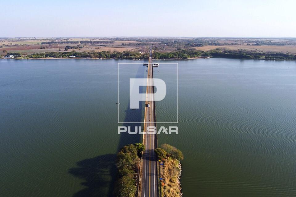 Vista de drone da ponte sobre o rio Tietê da SP-425 Rodovia Assis Chateaubriand
