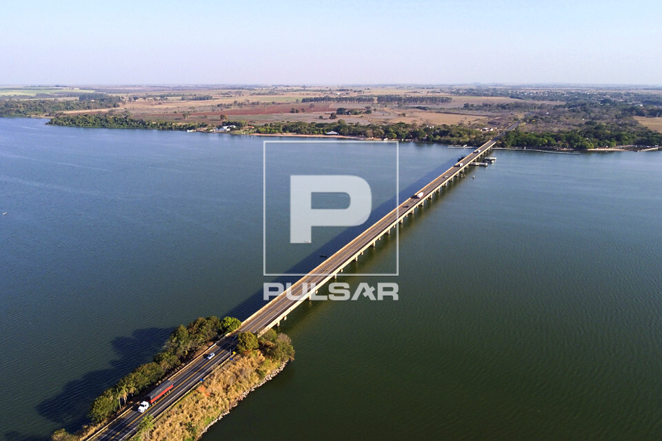 Vista de drone da ponte da SP-425 Rodovia Assis Chateaubriand sobre rio Tietê