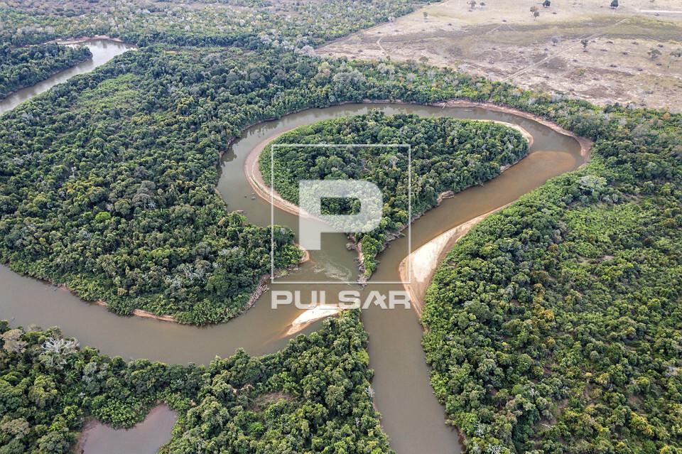 Vista de drone do rio Aquidauana durante estiagem com rompimento em uma de suas margens - avulsão fluvial - a