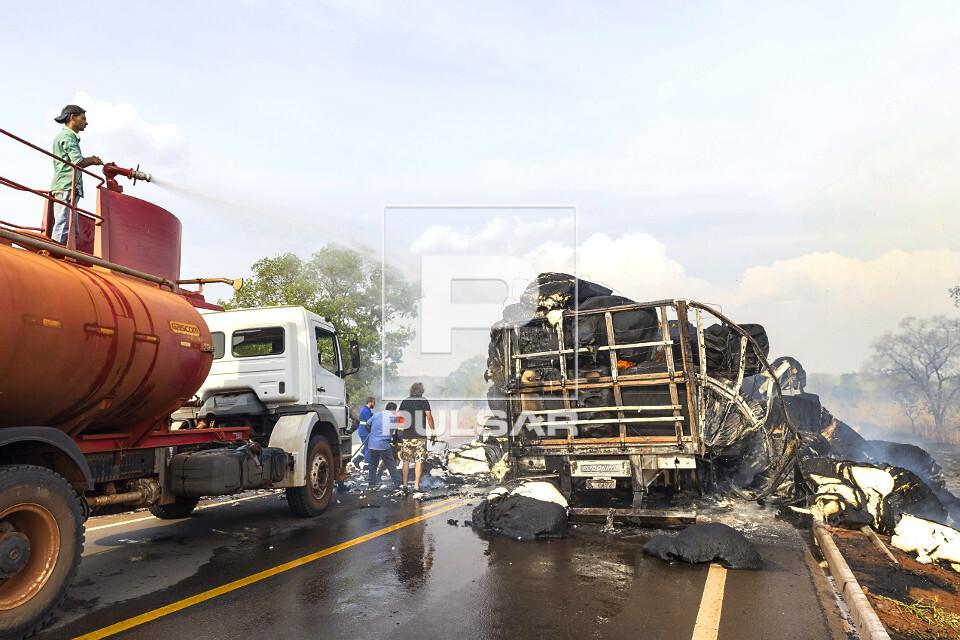 Acidente na rodovia MS-040 - jato de água de caminhão-pipa  apagando fogo de fardos de algodão transportado
