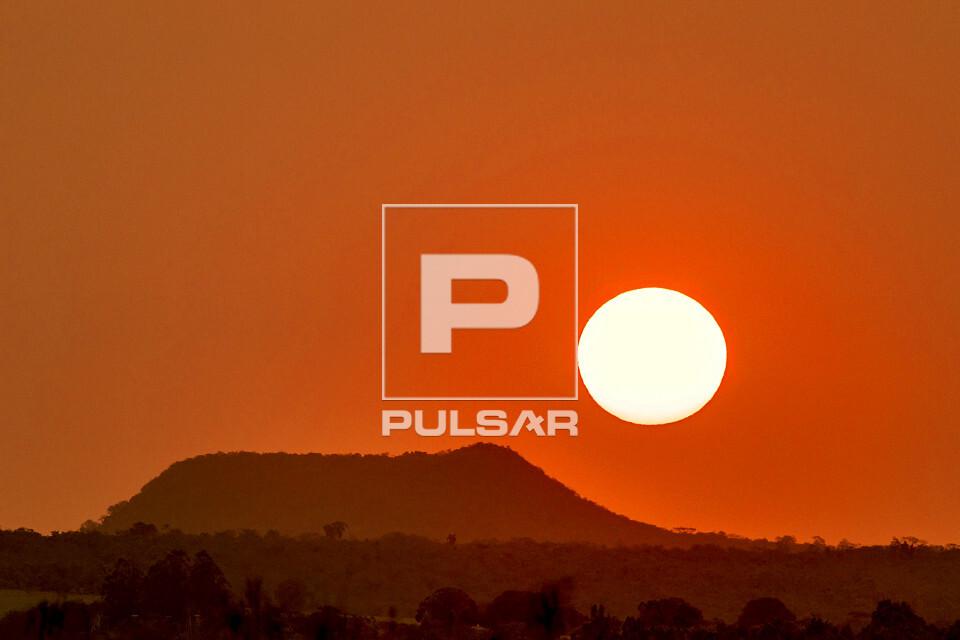 Paisagem do pôr do sol no Parque Estadual Morro do Diabo