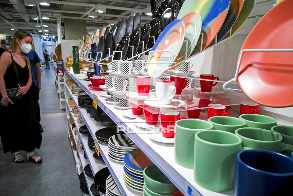 Vendas de canelas e pratos em loja de decoração