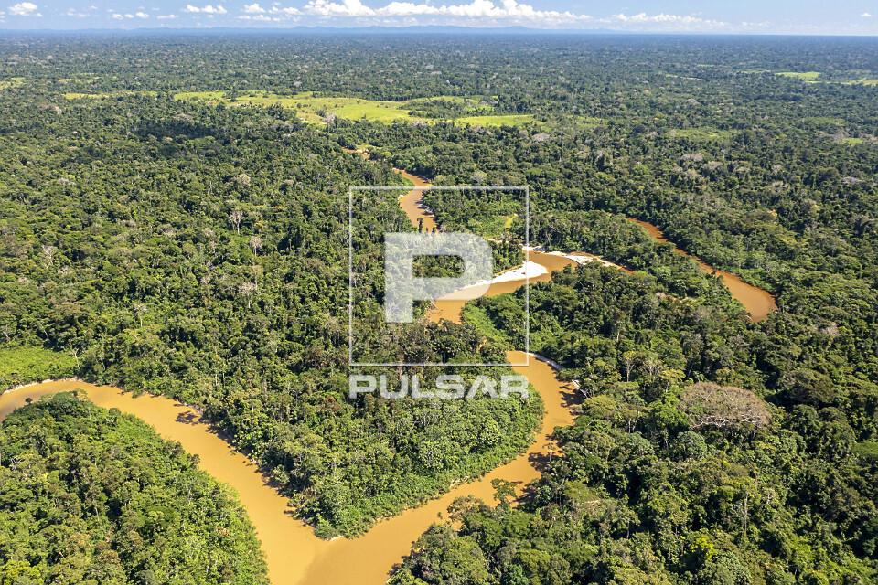 Vista de drone do encontro entre rio Moa e rio Azul - ao fundo área desmatada - Parque Nacional da Serra do D