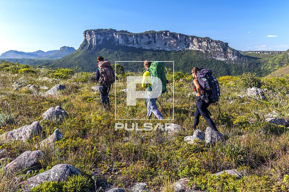 Ecoturistas no Gerais do Rio Preto - ao fundo conjunto montanhoso do Vale do Pati - Parque Nacional da Chapada