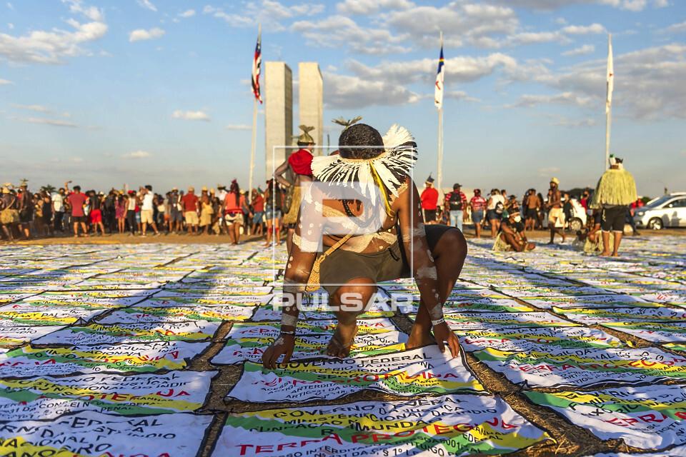 Manifestação dos povos indígenas na Esplanada dos Ministérios - placas de identificação de Terras Indíg