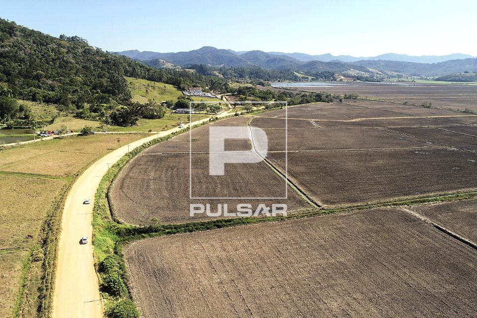 Vista de drone de estrada rural e terra preparada para plantio de arroz