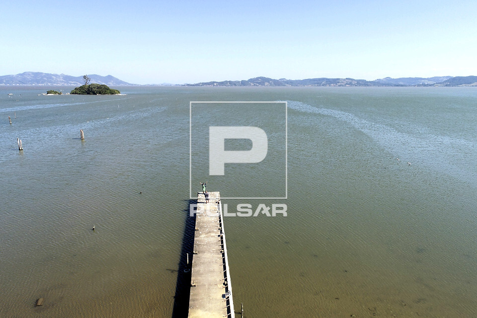 Vista de drone de cais de madeira sobre a Lagoa do Imaruí