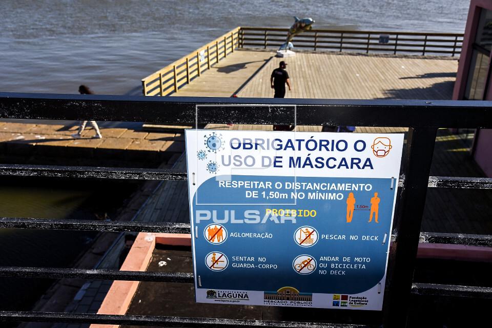 Placa de uso obrigatório de máscara e proibido aglomeração no deck do Mercado Público