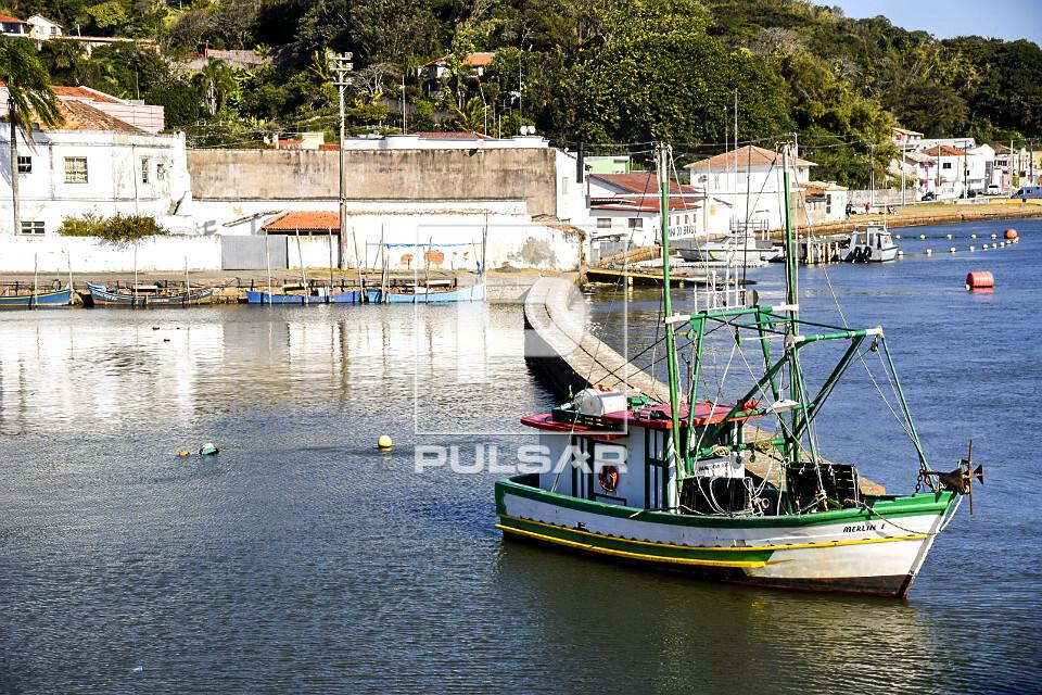 Barco de pesca na Lagoa do Imaruí - centro histórico ao fundo