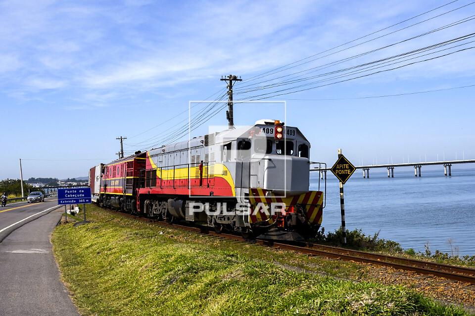 Trem de carga transportando carvão mineral