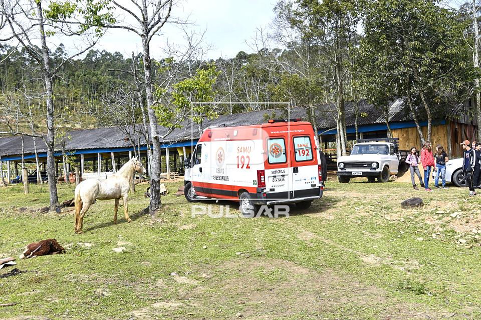 Ambulância do SAMU - Serviço de Atendimento Móvel de Urgência durante atendimento a paciente em sítio